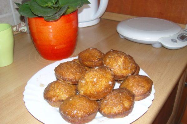 almás fahéjas muffin tálalva