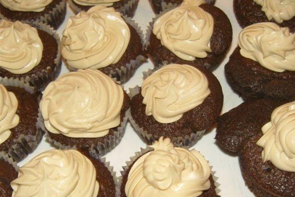 cappuccino krémes cupcake tálalva