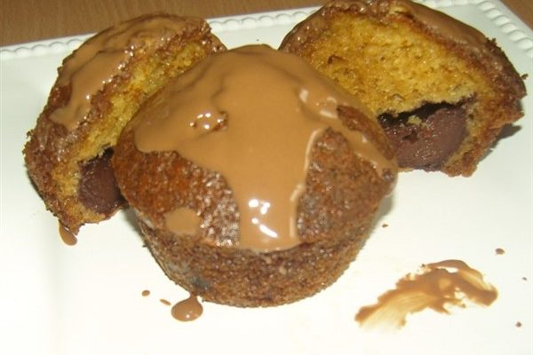 csupa csokis muffin tálalva