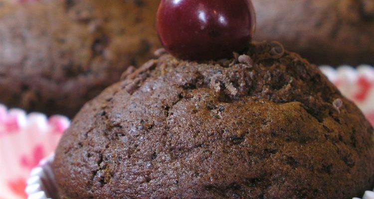 meggyes csokis muffin tálalva