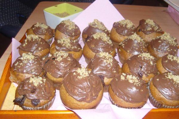 mogyorókrémes muffin tálalva