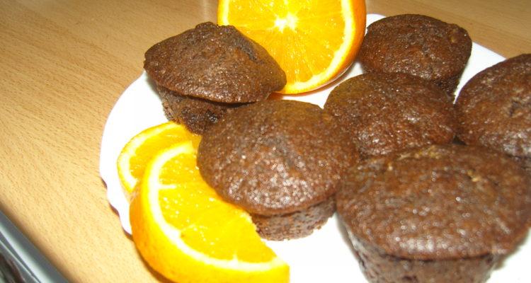 Narancsos csokis muffin tálalása