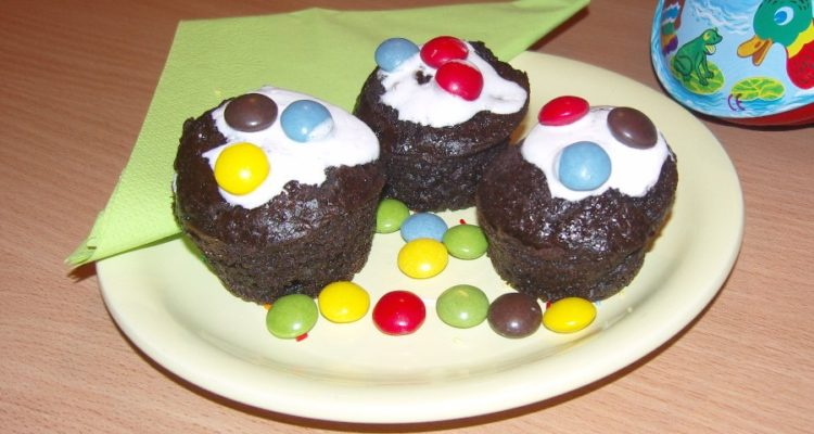 Smarties muffin tálalva
