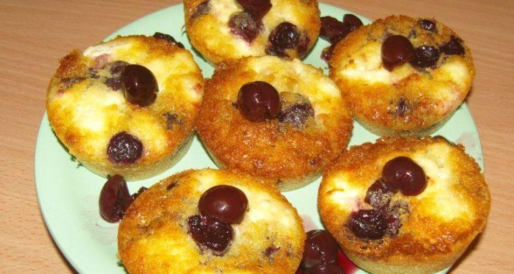 túrós meggyes muffin tálalva