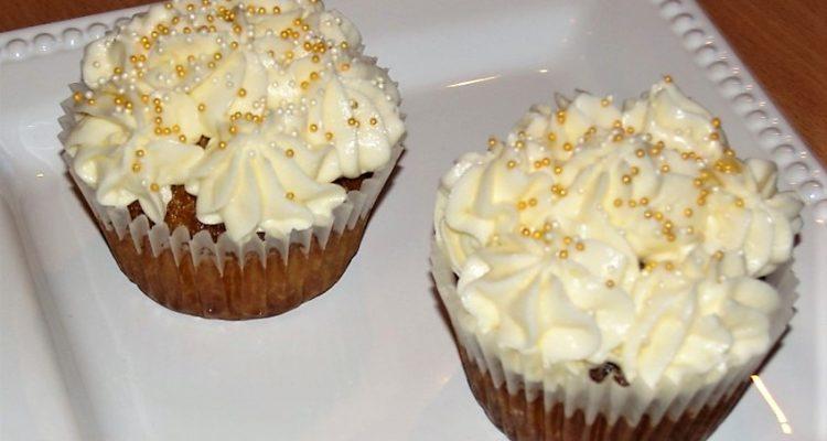 vaníliás cupcake tálalva